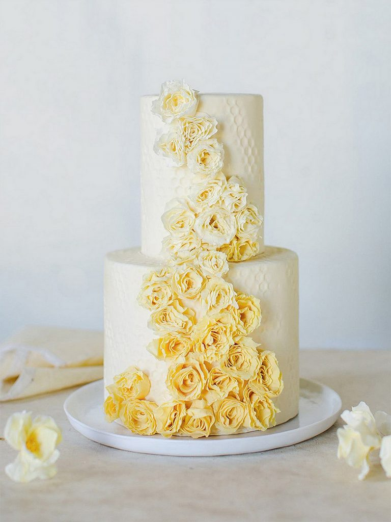 pastelno zolta nevestinska torta