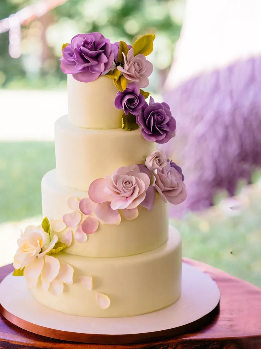 torta so cvetni ukrasi so ombre efekt