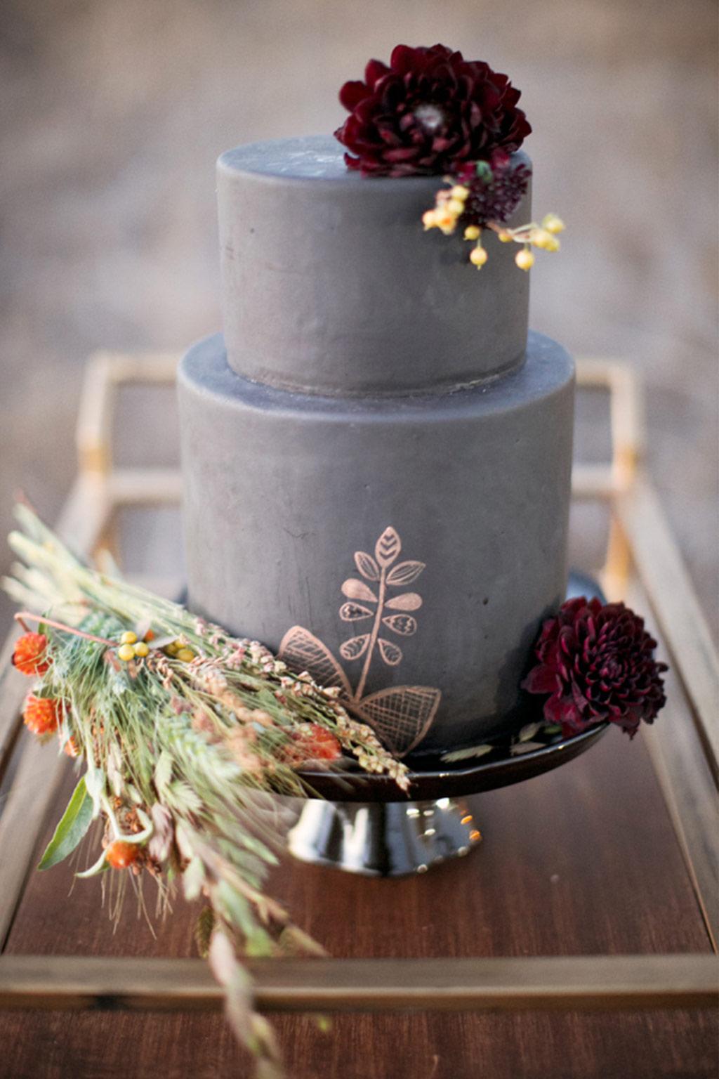 nevestinska torta so temno crveni cvetovi