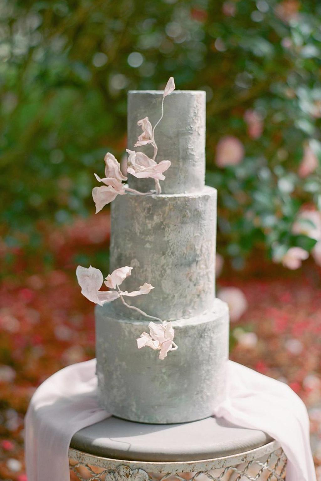 нежно сива невестинска торта